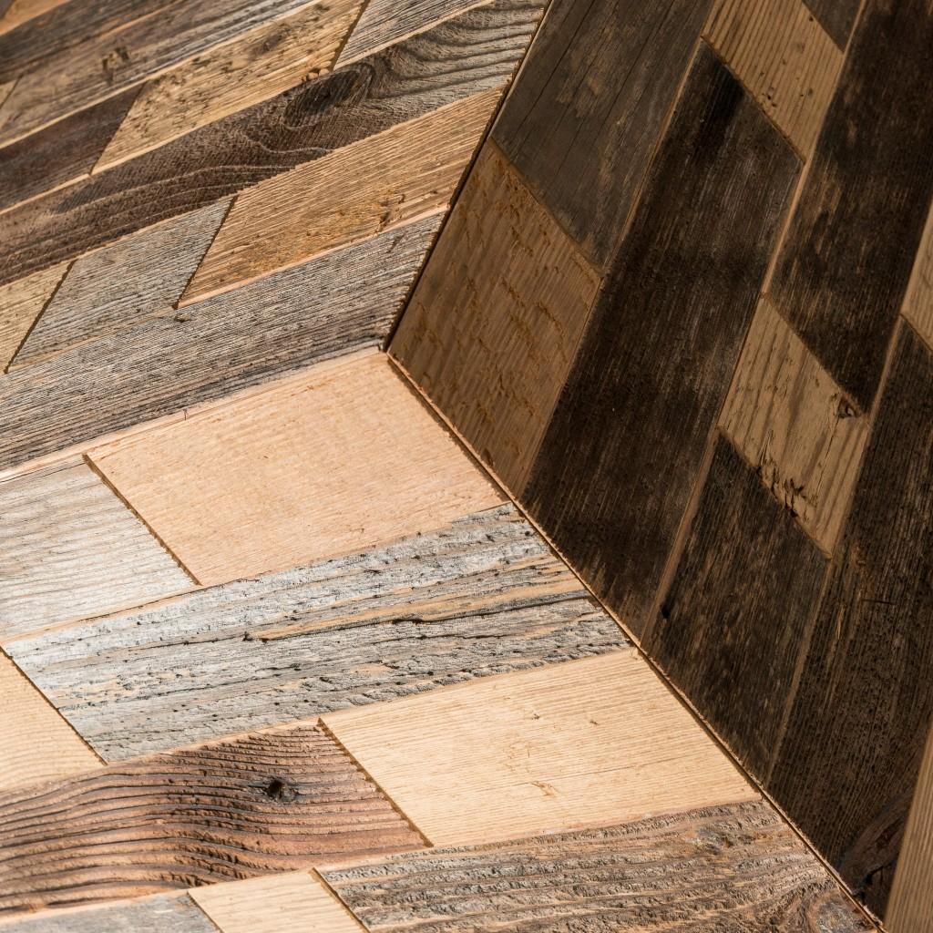 <p>I cubi d'arredo rispondono ai canoni di design contemporaneo ed esercitano una doppia funzione: ornamento e complemento d'arredo. Questo cubo è formato da fasce di legno grigio, che proviene dalle pareti esterne dei fienili: quelle rivolte a nord ed esposte all'imprevedibilità degli agenti atmosferici. Sono infatti il vento e la pioggia che donano a questo [&hellip;]</p>