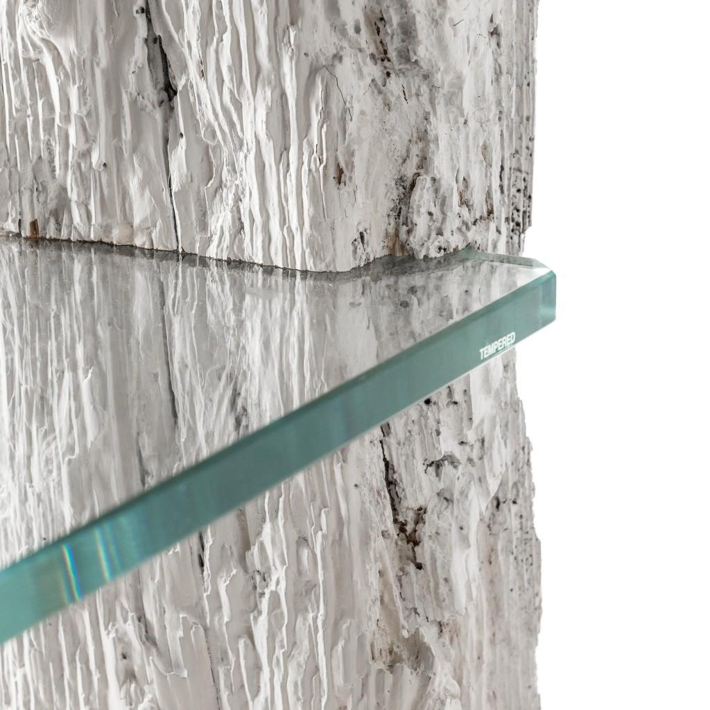 <p>Il Comodino Sas è un prodotto dal design unico, che conserva la forma e la consistenza originale delle travi dalle quali è ricavato il legno. Il piano in vetro si fonde perfettamente con il materiale estratto dalla natura, lasciandone intatte le forme e l'impatto estetico. La parola Trae, in dialetto ampezzano significa travi. Anche in [&hellip;]</p>