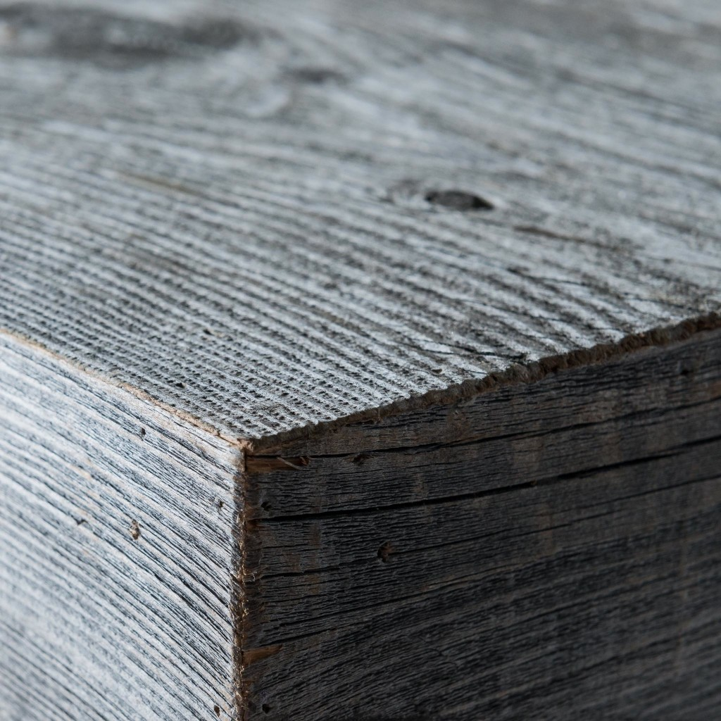 <p>Design pulito e forme regolari, a distinguerlo da prodotti simili è il colore: grigio argento. Questa particolare sfumatura è frutto dell&#8217;esposizione del materiale originale ad agenti esterni. La parola Brees, in dialetto ampezzano, significa asse di legno. Ogni asse viene selezionata tra arredamenti esclusivi e fienili; ne derivano pezzi di legno preggiatissimo che racchiudono l'essenza [&hellip;]</p>