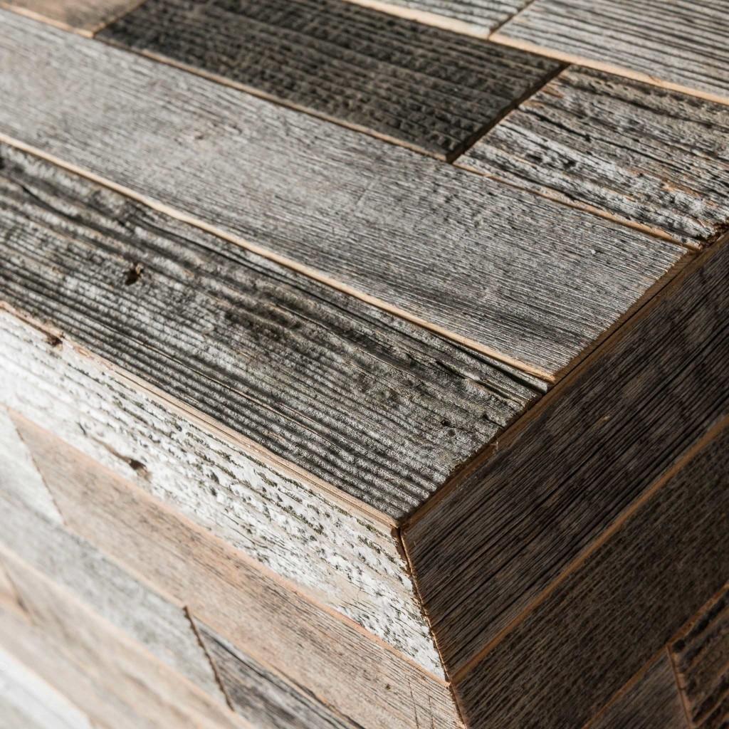 <p>I cubi d'arredo rispondono ai canoni di design contemporaneo ed esercitano una doppia funzione: ornamento e complemento d'arredo. Questo cubo è formato da fasce di legno grigio, che proviene dalle pareti esterne dei fienili: quelle rivolte a nord ed esposte all'imprevedibilità degli agenti atmosferici. Sono infatti il vento e la pioggia che donano a questo […]</p>