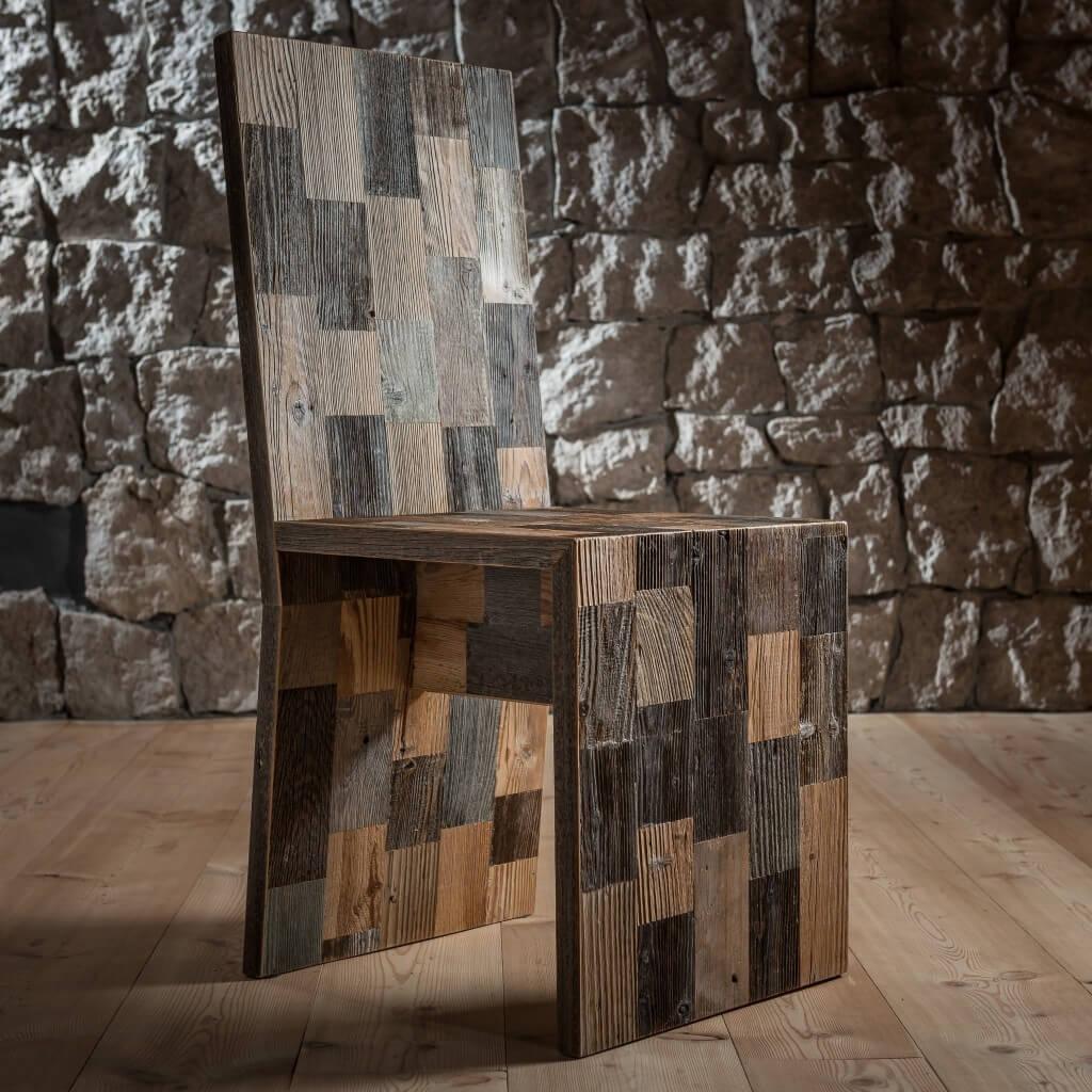 <p>Linee squadrate per la sedia composta da rettangoli di legno pregiato. La forma ricorda le sedute regali che nell'imponenza ed eleganza ospitano personalità importanti, così come nella natura delle Dolomiti il Pomagagnon, monte Ampezzano, racchiude la vallata a guisa di corona. La parola Pestuze in dialetto ampezzano significa pezzetti. Abbiamo scelto questo nome perché di […]</p>