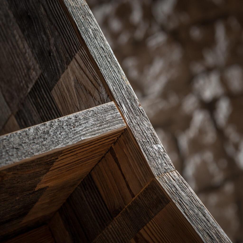 <p>Linee squadrate per la sedia composta da rettangoli di legno pregiato. La forma ricorda le sedute regali che nell'imponenza ed eleganza ospitano personalità importanti, così come nella natura delle Dolomiti il Pomagagnon, monte Ampezzano, racchiude la vallata a guisa di corona. La parola Pestuze in dialetto ampezzano significa pezzetti. Abbiamo scelto questo nome perché di [&hellip;]</p>