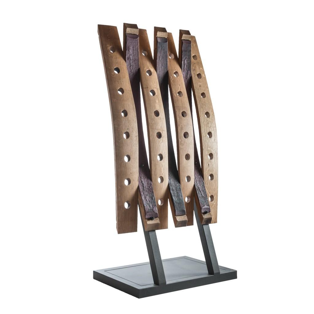 <p>Base a elle in ferro e struttura realizzata con assi di botti, impiegate per custodire il vino anche dopo l'imbottigliamento, in una sorta di legame indissolubile. Il termine Barrique indica le preziose botti che contengono il vino, fatte di legno pregiato in grado arricchire la bevanda con la propria aroma. Dentro queste botti il vino [&hellip;]</p>