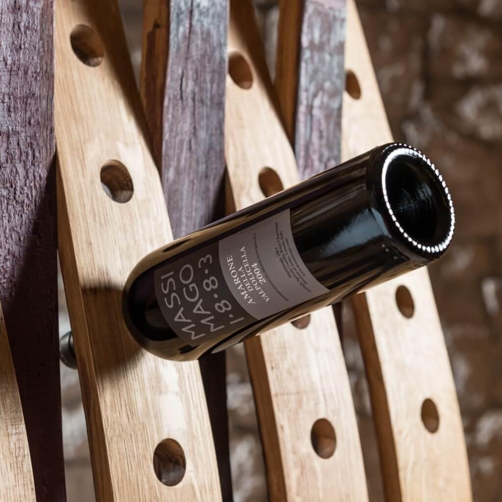 <p>Base a elle in ferro e struttura realizzata con assi di botti, impiegate per custodire il vino anche dopo l'imbottigliamento, in una sorta di legame indissolubile. Il termine Barrique indica le preziose botti che contengono il vino, fatte di legno pregiato in grado arricchire la bevanda con la propria aroma. Dentro queste botti il vino […]</p>