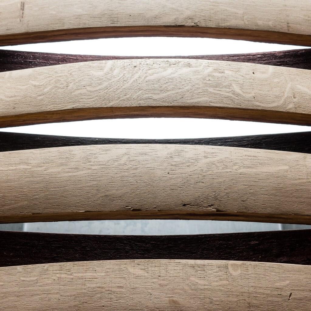 <p>Base in ferro e piano formato da cristallo e assi speculari che nella parte interna sono caratterizzate da una nuance violacea e brillante ereditata dal vino. Il termine Barrique indica le preziose botti che contengono il vino, fatte di legno pregiato in grado arricchire la bevanda con il proprio aroma. Dentro queste botti il vino […]</p>