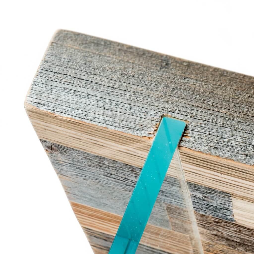 <p>Piano in vetro e gambe composte da un blocco rettangolare in legno pregiato, dove sono incastonati altri due rettangoli in vetro. Il design riprende la forma dei blocchi rocciosi che costituiscono la vetta delle Dolomiti bellunesi, L'Averau, circondata da vuoti riempiti dal cielo terso. La parola Pestuze in dialetto ampezzano significa pezzetti. Abbiamo scelto questo […]</p>