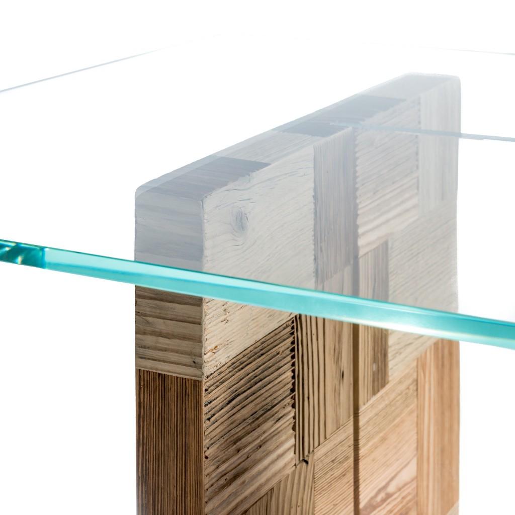 <p>Piano in vetro e gambe formate da quadrati composti da rettangoli in legno pregiato. Il design riproduce le forme del gruppo montuoso Nuvolau, le cui vette sono poste a forma di T. La parola Pestuze, in dialetto ampezzano, significa pezzetti. Abbiamo scelto questo nome perché di fatto tutti gli oggetti di questa linea vengono realizzati [&hellip;]</p>