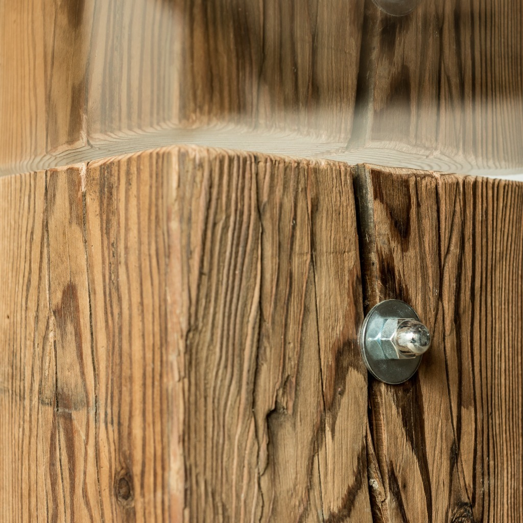 <p>Ampio piano in vetro ed incrocio di assi in legno naturale per la Tavola Taulà. Come tutti i prodotti della serie, il legno è mantenuto nella sua composizione originale: massiccio, vivo e profumato. La parola Trae, in dialetto ampezzano, significa travi. Anche in questo caso la nostra missione è di riciclare e utilizzare materiale di […]</p>