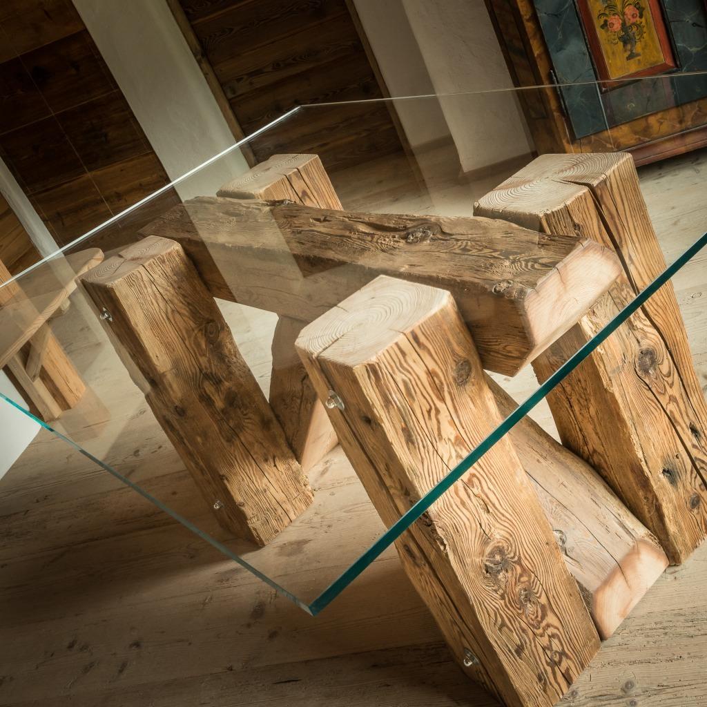 <p>Ampio piano in vetro ed incrocio di assi in legno naturale per la Tavola Taulà. Come tutti i prodotti della serie, il legno è mantenuto nella sua composizione originale: massiccio, vivo e profumato. La parola Trae, in dialetto ampezzano, significa travi. Anche in questo caso la nostra missione è di riciclare e utilizzare materiale di [&hellip;]</p>