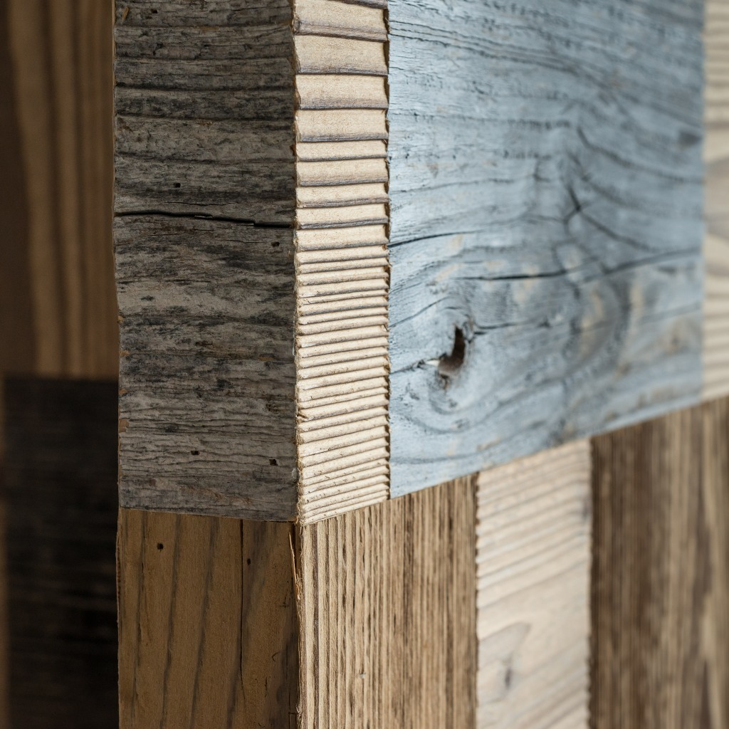 <p>Questo tavolo è costituito da un ampio piano in vetro che poggia su due gambe in legno pregiato a forma di T, costituite da rettangoli arlecchino. Il Design è ispirato al massiccio dolomitico Lastoi de Formin, la cui peculiarità è data dai versanti meridionale e occidentale, i quali presentano delle imponenti pareti a strapiombo. La […]</p>