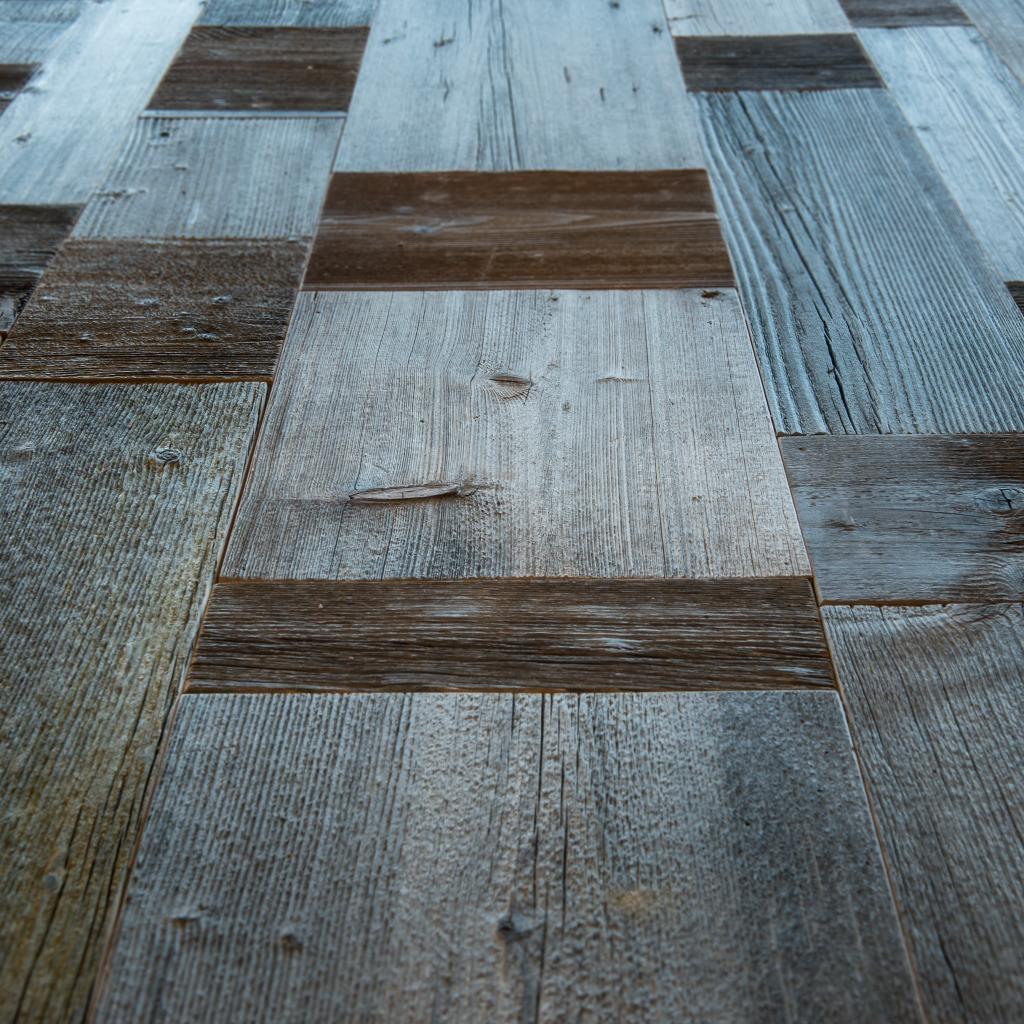 <p>Questo tavolo dalle linee geometriche ha un piano a forme, costituito da rettangoli in legno pregiato e gambe di ferro. Il Design riprende le linee del più maestoso massiccio delle zona ampezzana: le Tofane. La sfumatura grigia è data dall'esposizione agli agenti atmosferici del legno che ricopriva l'esterno dei fienili. La parola Pestuze, in dialetto [&hellip;]</p>