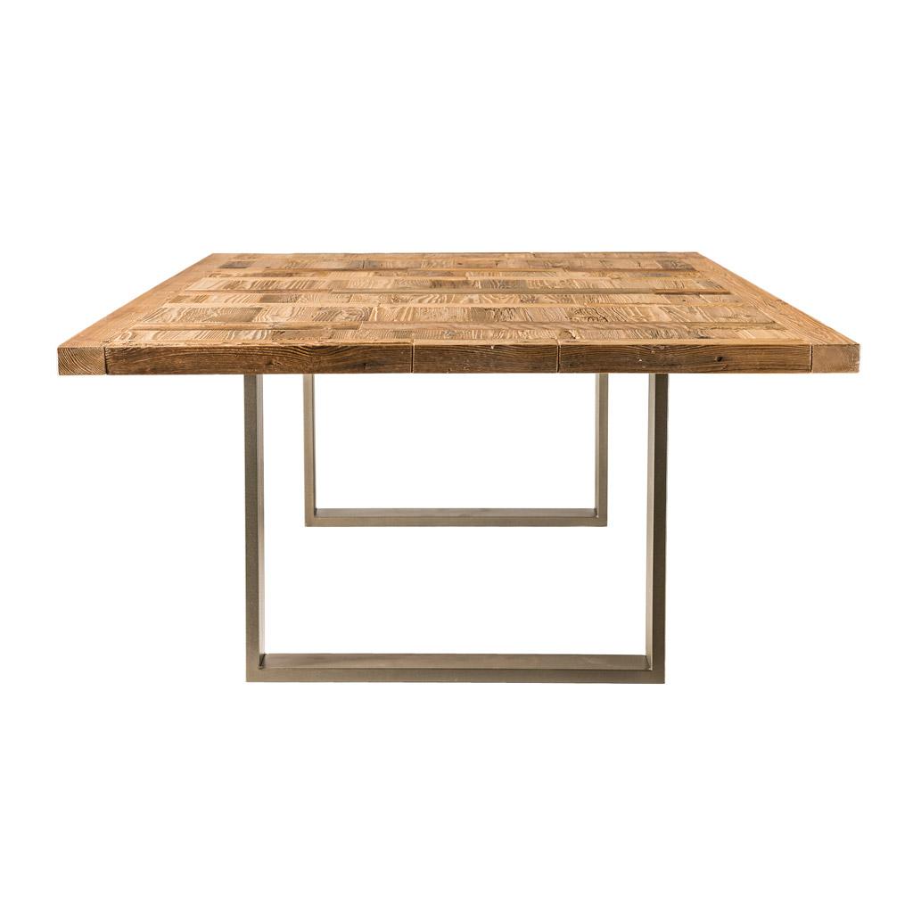 <p>Il tavolo Antruiles ha un'essenza genuina e minimalista che nasce dall'unione di materiali freddi e moderni con il calore di un piano in legno pregiato. Le gambe del tavolo Antruiles disegnano geometrie affilate che incidono sullo spazio circostante, mentre il piano in legno è caratterizzato da particolari che lo rendono unico e vivo, come i […]</p>