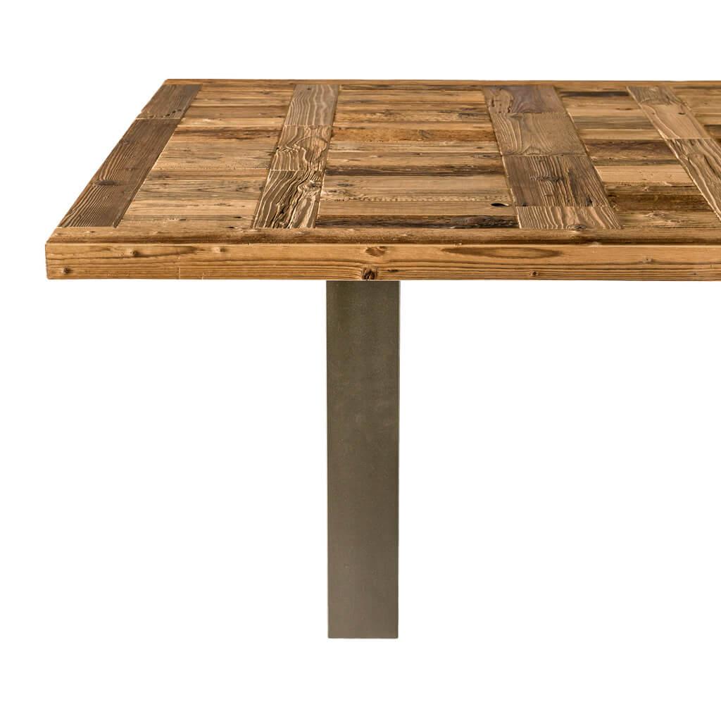 <p>Il tavolo Antruiles ha un'essenza genuina e minimalista che nasce dall'unione di materiali freddi e moderni con il calore di un piano in legno pregiato. Le gambe del tavolo Antruiles disegnano geometrie affilate che incidono sullo spazio circostante, mentre il piano in legno è caratterizzato da particolari che lo rendono unico e vivo, come i [&hellip;]</p>