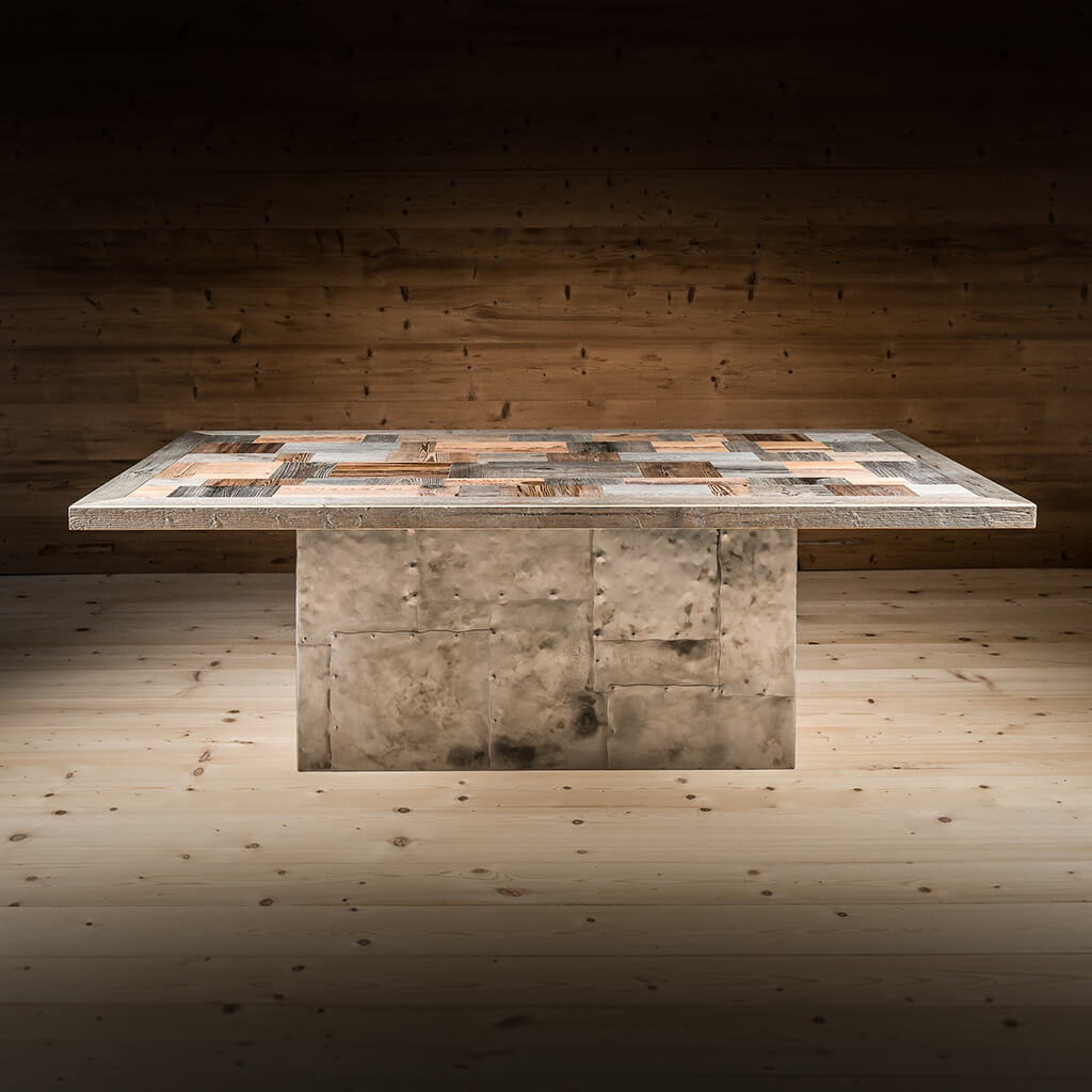 <p>Un tavolo dal fascino massiccio, che risponde appieno al nostro ideale di bellezza: un oggetto bello che non solo colpisce, ma che resta indelebile nei nostri ricordi. Il Tavolo Lagazuoi ha un grande piano a forme, costituito da pezzetti di legno pregiato, che poggia su una preziosa base in ferro battuto. La base in ferro […]</p>